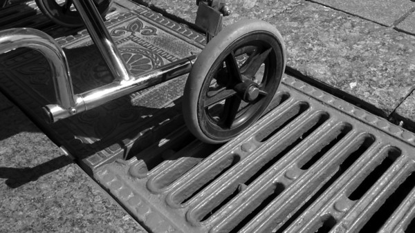 05 The manhole cover lying laterally to the path can become a trap for wheelchair users. Once stuck, they are unlikely to be able to free themselves on their own.