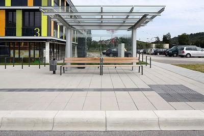 Bushaltestelle Rems-Murr-Klinikum Winnenden: Ein taktiles Leitsystem mit kontrastierender Gestaltung. Quelle: Kronimus AG