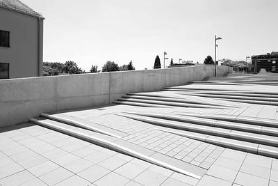 Atzelbergplatz / Frankfurt am Main: Kombination von Rampen und Stufen zur barrierefreien Erschließung. Quelle: Kronimus AG