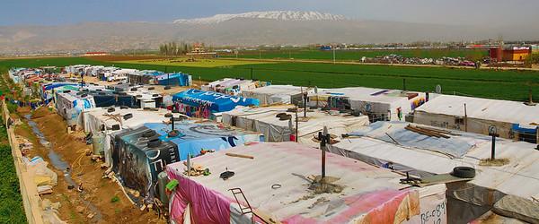 Das Flüchtlingslager Bar Elias an der syrischen Grenze mit dem Libanon-Gebirge im Hintergrund entwickelt sich zu einer dauer-haften Siedlung. Die hier lebenden Menschen sind größtenteils auf sich selbst gestellt. Bild: © Wajiha Shihab