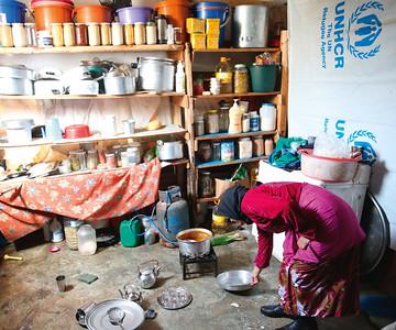 Die Arbeiten des täglichen Lebens – Kochen, Waschen, Putzen – werden in erster Linie von Frauen erledigt. Beim »Hausbau« und der Einrichtung der Installationen helfen Männer mit. Auffällig ist die Sauberkeit und Gepflegtheit der Anlagen bei allen Abstrichen und der Notwendigkeit zur Improvisation. Bild: © Wajiha Shihab