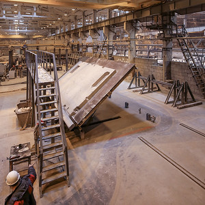 04 Aufrichten des Produktionstischs: Entformung einer Deckenplatte der Serie LSR im Betonwerk ZhBI-6 in Moskau | Raising the production table: demoulding a floor slab for the LSR series at the concrete factory ZhBI-6 in Moscow