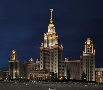 Alltagsbeleuchtung der Lomonossow-Universität in Moskau: Lichtakzente verstärken die architektonische Gestaltung. © SvetoProekt-BL Group