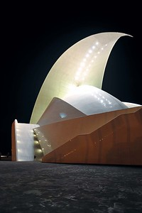 Auditorio de Tenerife, Santa Cruz de Tenerife, Spanien: Bei nächtlicher Beleuchtung ist die kühne Gegenbewegung des obersten Flügels gut zu erkennen.  © Florian Meuser