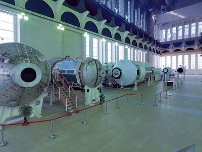 Swjosdny Gorodok: Die Trainingshalle mit orginalen Nachbildungen der ISS-Module des Wohnbereichs und der Labore gleicht einer Industriekathedrale, deren verspiegelte Deckenelemente an die Unendlichkeit des Weltalls erinnern. Foto: Philipp Meuser