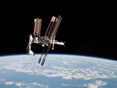Der amerikanische Raumgleiter Endeavour hat an die Internationale Raumstation angedockt. Das Foto entstand während der Misson TMA-20 zwischen dem 15. Dezember 2010 und dem 24. Mai 2011. Quelle: National Aeronautics and Space Administration (NASA)