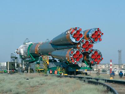 Rail & Fly in der kasachischen Steppe: Eine Sojus-Trägerrakete auf dem Schienenweg zur Abschussrampe in Baikonur. Quelle: RKK Energija