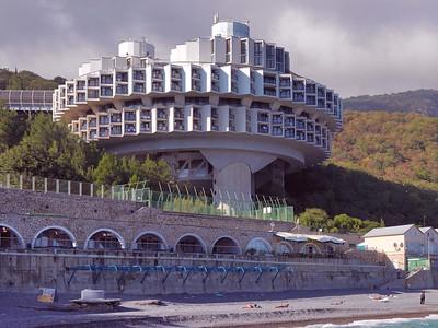 """Wie eine außerirdische Raumstation: Hotel- und Kuranlage """"Druschba"""", Kurpati/Krim. Architekt: Igor A.Wassiljeskij, Ingenieur: Nodar W. Kantscheli (1985). Foto: Philipp Meuser"""