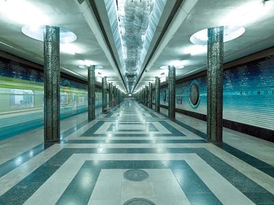 Das Weltraumzeitalter hat das Gesicht der Städte geprägt und eine Umgebung geschaffen, deren Bewohner selbst zu Weltraumfahrern werden. So kann eine Fahrt mit der Metro in Taschkent zu einer Reise ins All werden: Metrostation Kosmonawtlar, 1984 (S. Sutjagin und S. Sokolow). Foto: Philipp Meuser