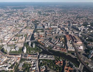 Berliner Stadtkern im Schrägluftbild, 2013 mit der Baustelle des Humboldt-Forums