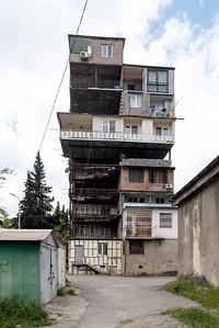 08 Schachtelförmige An- und Überbauten in dem Bezirk Nutsubidze Plato. | Box-like extensions and additional stories in Nutsubidze Plato district.