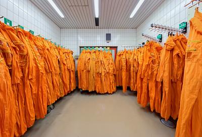 06 Kernkraftwerk Gundremmingen, Kontrollbereichsumkleide während der Revision. | Nuclear reactor Gundremmingen, changing room in the controll area during revision.