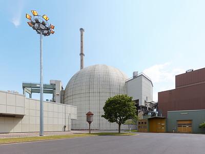 05 Kernkraftwerk Grafenrheinfeld, Reaktorgebäude. Vorn ist ein beheizter Taubenschlag zu sehen. | Nuclear reactor Grafenrheinfeld, reactor building. In the foreground is a heated pigeon loft.