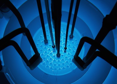 09 09 Die Brennstoffmatrix besteht aus Zirkonhydrid, welches bei Erwärmung Neutronen beschleunigt und so die Reaktivität senkt. Im Pulsbetrieb überwiegt dieser Effekt nach nur zehn Millisekunden und schaltet den Reaktor innerhalb kürzester Zeit ab. | The fuel matrix consists of zirconium hydride, which accelerates neutrons when heated and thus lowers reactivity. In pulsed mode, this effect predominates after some 10 milliseconds, switching off the reactor within a very short time.