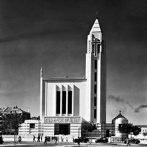 Bild 09: Fátima-Kirche in Lissabon, geplant und errichtet 1934–1938, Architekt: Porfírio Pardal Monteiro, Foto: Mário Novais, 1939. Die Kirche ist mit einem kleinen Vorplatz in den Grundriss des bürgerlichen Stadtteils der Avenidas Novas eingebunden.