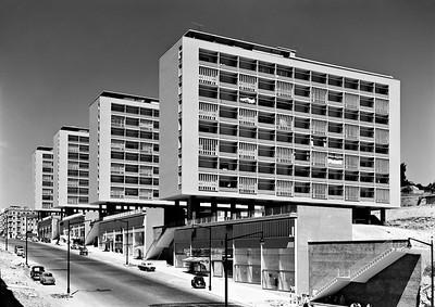 Bild 08: Avenida Infante Santo in Lapa, Ansicht des im Auftrag der Stadt Lissabon entwickelten Wohnkomplexes, Entwurf von Alberto José Pessoa, Hernâni Guimarães Gandra und João Abel Carneiro de Moura Manta, Foto: Mário Novais, 1955.