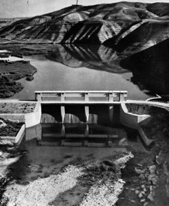 09 Staudamm Almoguera (Guadalajara), um 1953. Das Bauwerk staut das Wasser des Tajo (in Portugal: Tejo).
