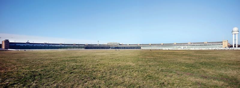 15 Flughafen Tempelhof, 2020. 1923 eröffnet und zentrumsnah gelegen wurde er zur Luftdrehscheibe Europas. Ab 1936 entstand das damals größte Bauwerk der Welt. Während des Zweiten Weltkriegs war das Gelände Zwangsarbeiterlager, 1948/49 Ort der Luftbrücke. Der 1951 wiederaufgenommene zivile Flugverkehr wurde 2008 eingestellt