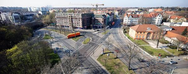 """10 """"Platz"""" im Süden des Steglitzer Kreisels, 2020. Hier erstreckt sich eine Fläche, die der Verteilung des Autoverkehrs dient. Weitere Berliner """"Nicht-Plätze"""": Innsbrucker Platz, Molkenmarkt"""