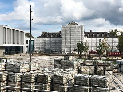 18 Rathaus Hohen Neuendorf, rechts Altbau, links Neubau, 2019. Der 1349 erstmals erwähnte Ort geriet Ende des 19. Jahrhunderts nach Bau der Nordbahn in den Sog der Großstadt. In der NS-Zeit wurde er ausgebaut, in der DDR-Zeit erhielt er einen zusätzlichen Bahnhof am äußeren Eisenbahnring. Nach der Wiedervereinigung wuchs die Einwohnerzahl rasant. Das Zentrum umfasst Rathaus, Pagode, Hotel, Shoppingcenter. Der Ergänzungsbau des Rathauses und die Freiflächen wurden 2020 fertiggestellt