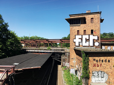 09 Bahnhof Potsdam Pirschheide, 2020. Der ehemalige Potsdamer Hauptbahnhof gehörte in der DDR-Zeit zu den wichtigsten Stationen des äußeren Eisenbahnrings. Nach der Wiedervereinigung verlor er sein Gewicht