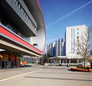 11 Zentrum Marzahns, 2020. Das 2005 eröffnete Shoppingcenter Eastgate am westlichen Beginn der Marzahner Promenade in Kontrast zu DDR-Wohnbauten und Versorgungseinrichtungen