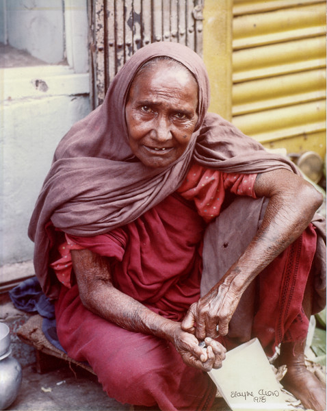 102 PHILLIPINES OLD WOMAN REV01