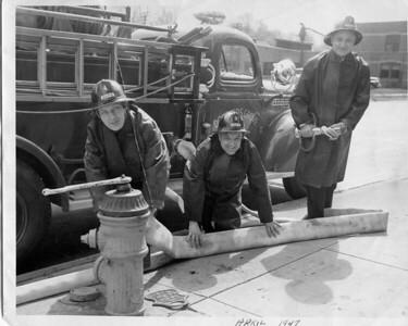 (4-47)   FRANK WANDER, ELMER DICKIE AND PHIL VIX     ENGINE 4  1945 CHEVY - DARLEY