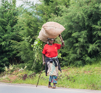 Woman-carrying-heavy load-DSC_0134
