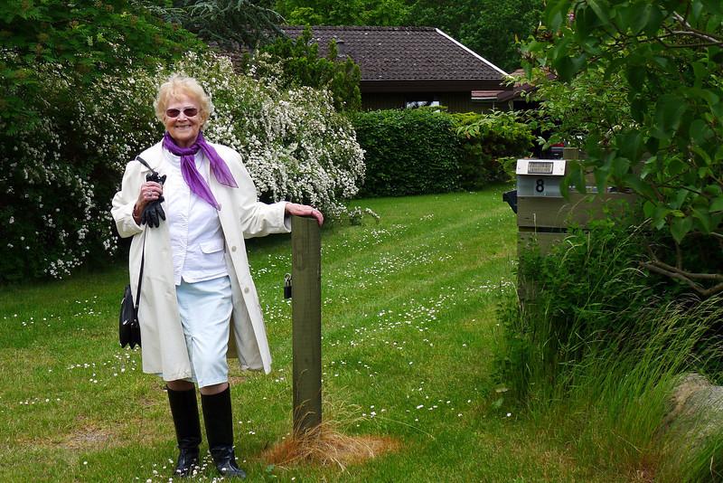 Mor ved sommerhuset i Veddinge. Fødselsdagsgave 9. juni