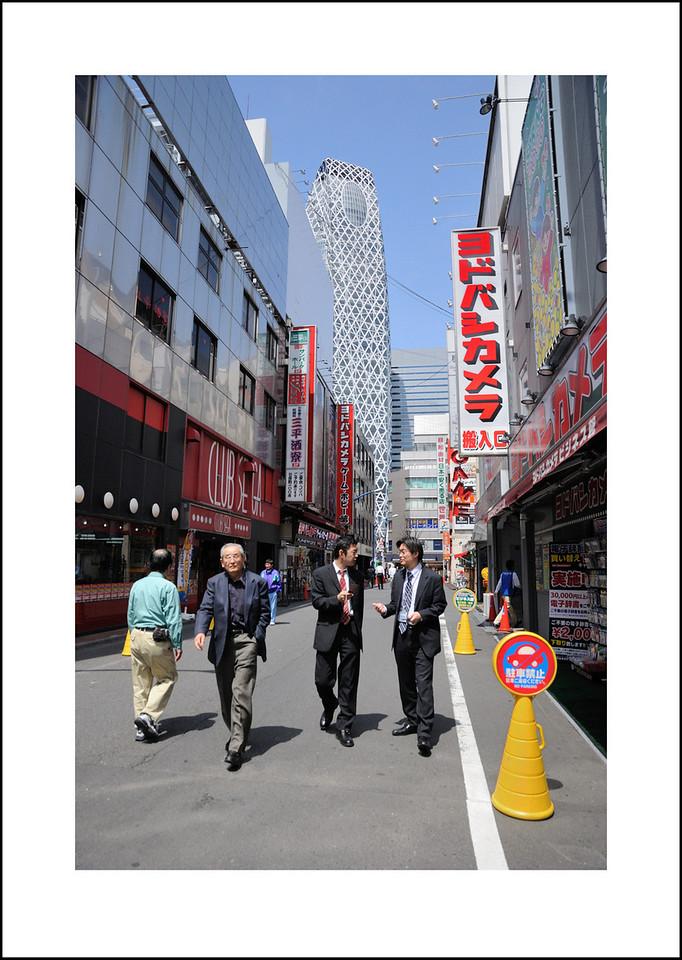 365/104 April 14. I had a really fun day shopping with Kento and Cindy in Shinjuku and Nihonnashi. I bought a new camera bag for my D700 at Yodobashi Camera.