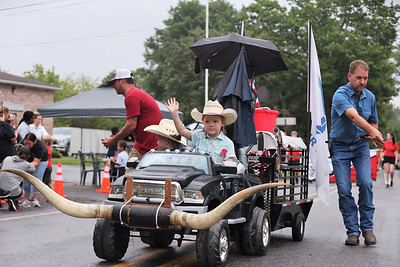 Rylee Carmichael, 7, (right) and her brother Remi, 2, wave to parade watchers at the North Washington Rodeo Parade Monday. The rodeo competition opens Tuesday and runs through Saturday, Aug 21. Seb Foltz/Butler Eagle 08/16/21
