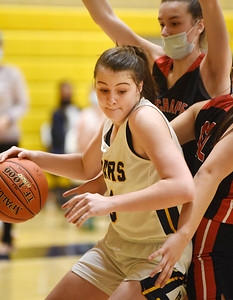 Mars Ava Black (5) drives the baseline in the third period against Fox Chapel, Monday, January 25, 2021. Harold Aughton/Butler Eagle.