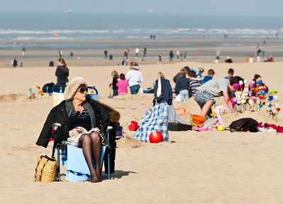22-04-2012 : A la plage en tenue d'hiver. - At the beach in winter dress.