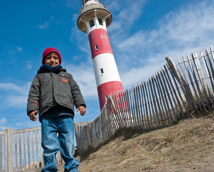 01-05-2012 : Le petit-fils et le phare (à droite). - The grand-son and the lighthouse (on the right).