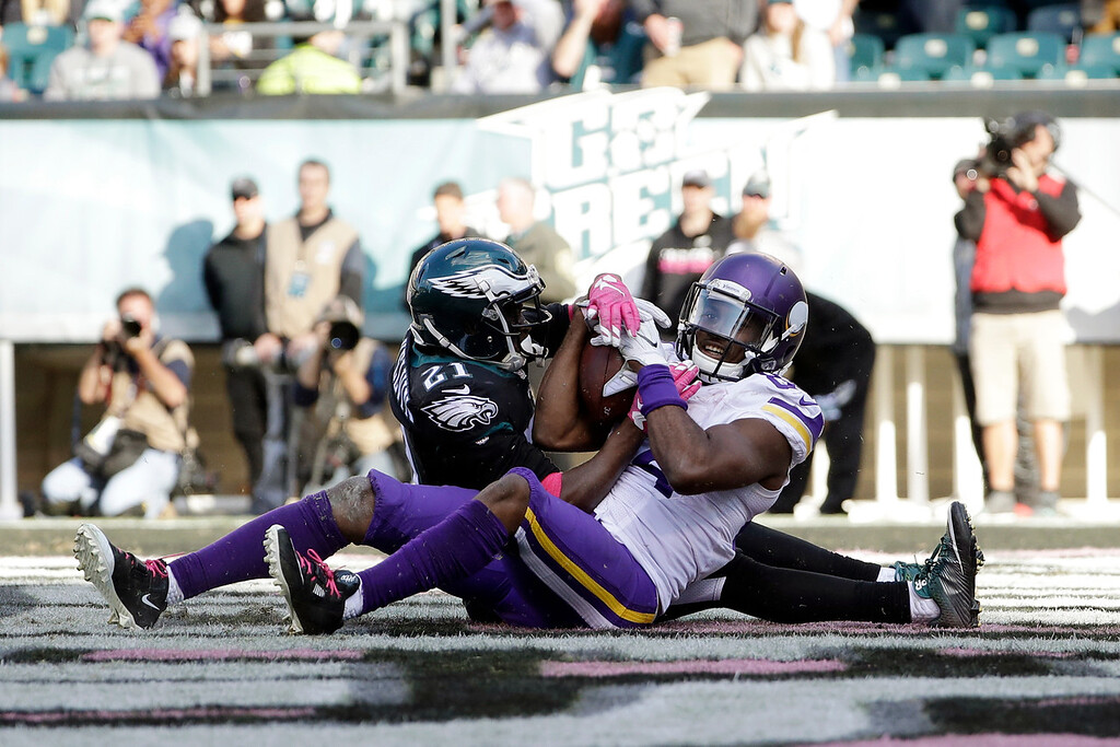 . Minnesota Vikings\' Cordarrelle Patterson, right, scores a touchdown against Philadelphia Eagles\' Leodis McKelvin during the second half of an NFL football game against the Philadelphia Eagles, Sunday, Oct. 23, 2016, in Philadelphia. (AP Photo/Michael Perez)