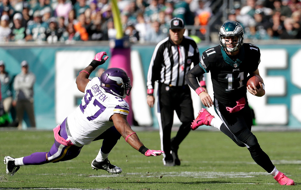 . Philadelphia Eagles\' Carson Wentz., right, runs for a first down past Minnesota Vikings\' Everson Griffen during the first half of an NFL football game against the Minnesota Vikings, Sunday, Oct. 23, 2016, in Philadelphia. (AP Photo/Chris Szagola)