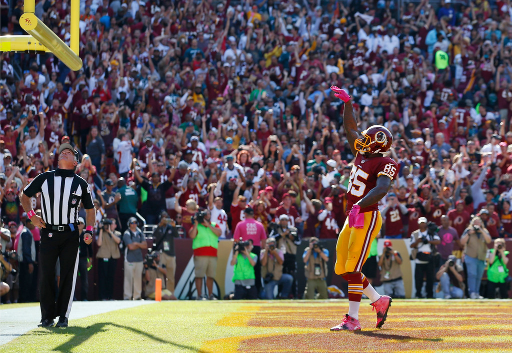 . Washington Redskins tight end Vernon Davis celebrates after scoring a touchdown in the first half of an NFL football game against the Philadelphia Eagles, Sunday, Oct. 16, 2016, in Landover, Md. (AP Photo/Alex Brandon)