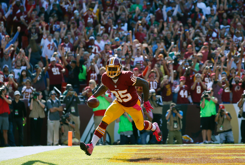 . Washington Redskins tight end Vernon Davis scores a touchdown in the first half of an NFL football game against the Philadelphia Eagles, Sunday, Oct. 16, 2016, in Landover, Md. (AP Photo/Alex Brandon)