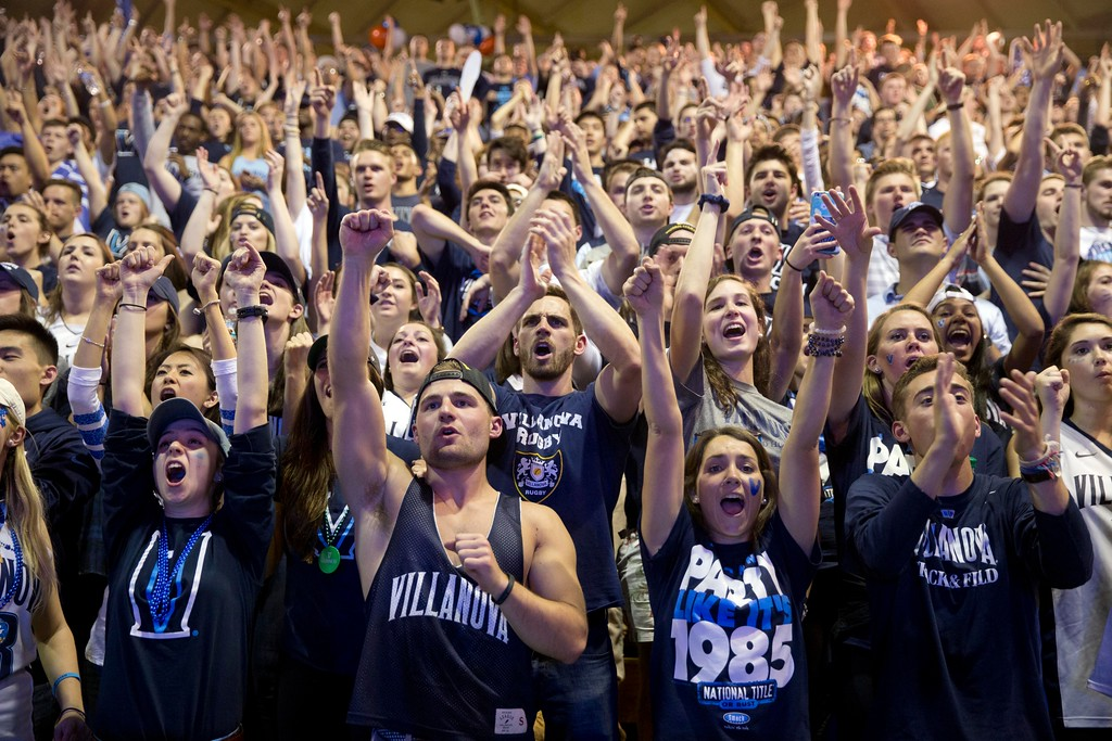 . Villanova basketball fans view a broadcast of the national championship between Villanova and North Carolina, Monday, April 4, 2016, in Villanova, Pa. (AP Photo/Matt Rourke)
