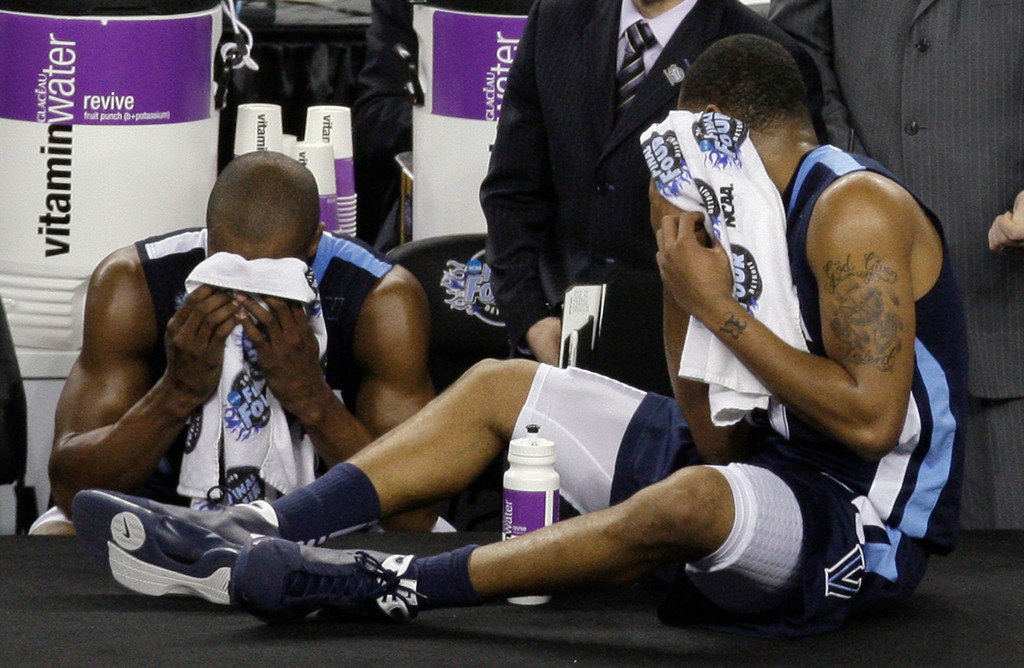 . Villanova  players Dante Cunningham, left, and Reggie Redding wipe themsleves off during a break against North Carolina in the second half of a men\'s NCAA Final Four semifinal college basketball game Saturday, April 4, 2009, in Detroit. (AP Photo/Amy Sancetta)