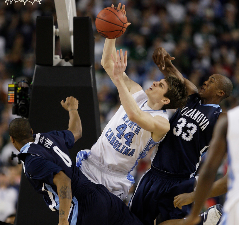 . North Carolina\'s Tyler Zeller (44) fights for the loose ball with Villanova players Antonio Pena, left, and Dante Cunningham during a men\'s NCAA Final Four semifinal college basketball game Saturday, April 4, 2009, in Detroit.  (AP Photo/Paul Sancya)