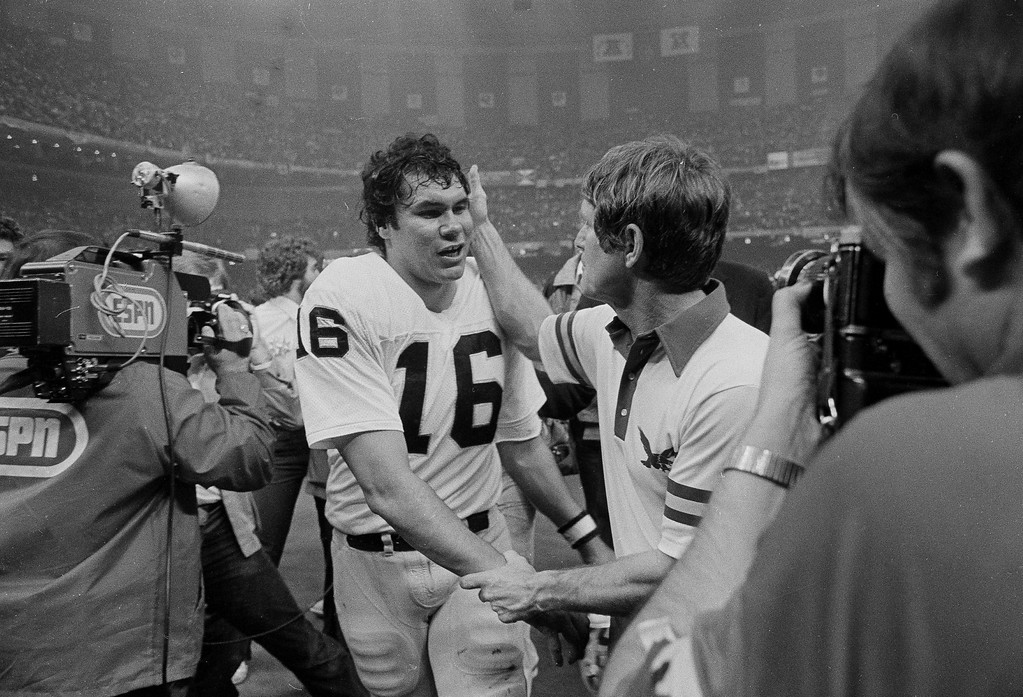 . Oakland Raiders quarterback Jim Plunkett, left, accepts congratulations from Philadelphia Eagles head coach Dick Vermeil after Super Bowl XV in New Orleans, Jan. 25, 1981. (AP Photo/Pete Leabo)