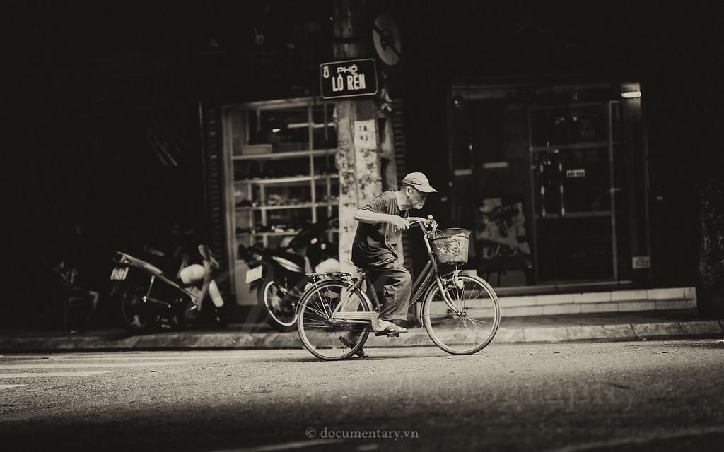 Đạp xe qua phố Lò Rèn