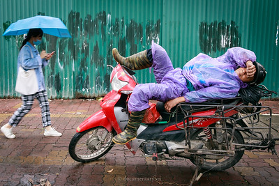 Ngủ trên xe máy