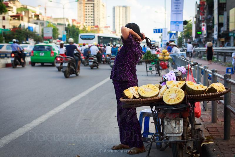 Bên lề đường nóng nhất Hà Nội