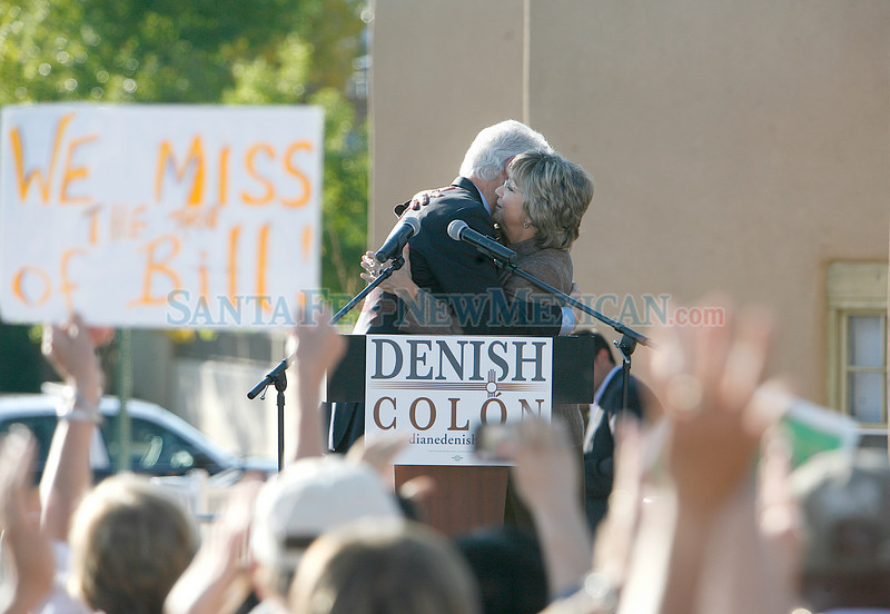 Former President Bill Clinton campaigns for Diane Denish at the Espanola Plaza on Thursday, October 14, 2010.<br /> Photos by Jane Phillips/The New Mexican