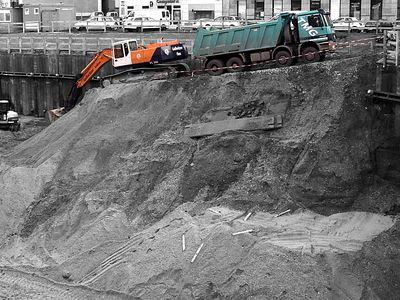2004-11-23 Der Bagger schaufelt sich sein eigenes Grab