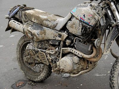 2004-11-15_03388 auf sauren Regen wartendes Motorrad...