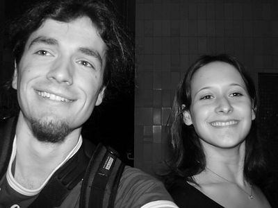 2005-03-10_04361 Lisa und ich vor einem interessanten Hintergrund
